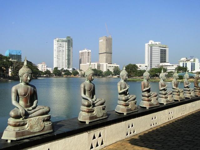 Świątynia buddyjska Seema Malaka zbudowana na platformach na wodach jeziora Beira w Colombo (2011)