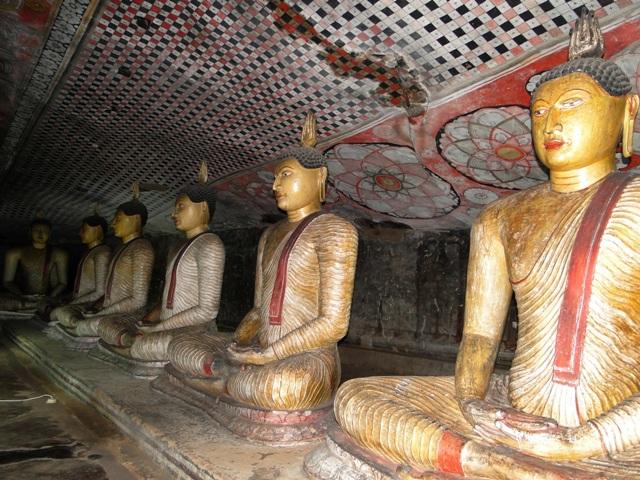 Posągi Buddy i malowidła ścienne w skalnych świątyniach w Dambulla (2011)