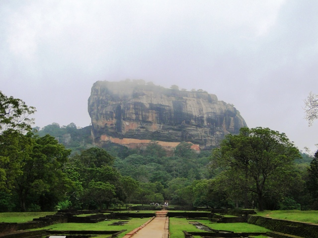 Sigiriya (Lwia Skała) to 370 m skała na której zachowały się fundamenty pałacu i umocnień oraz malowidła z czasów panowania króla  Kassapy (2011)