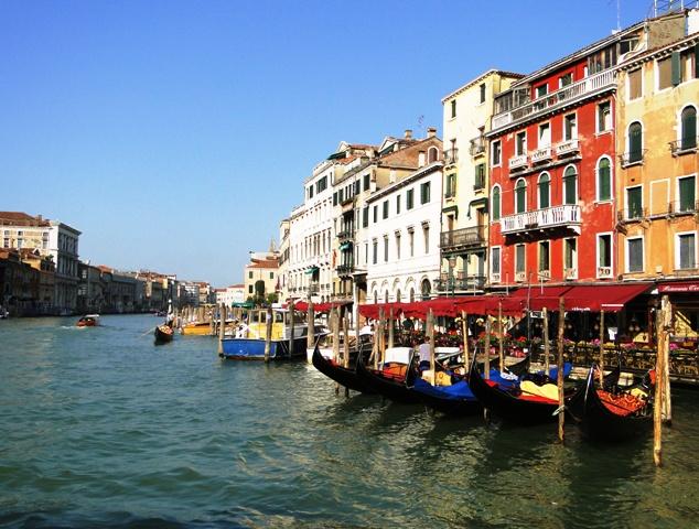 Canal Grande i pałace nad kanałem widziane z vaporetto linii nr 1