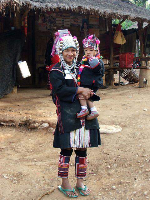 Kobieta z dzieckiem z górskiego plemienia Akha (2009)