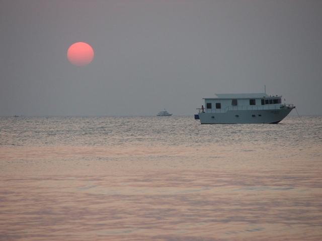 Zachód słońca oglądany z plaży w Pattayi - następuje bardzo szybko około 18.00 (2009)