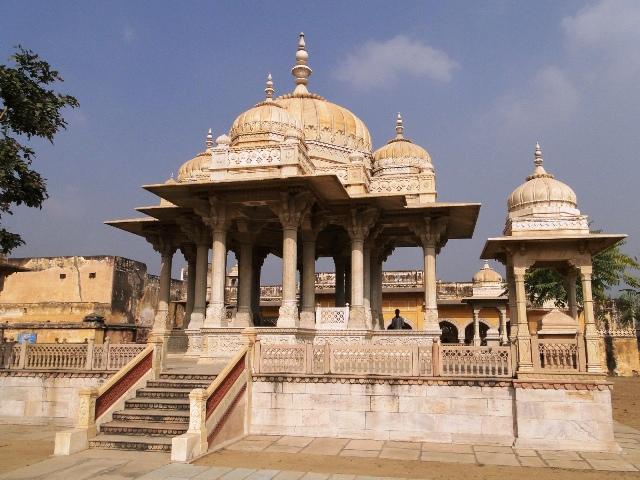 Indie Dżajpur symboliczne grobowce żon dżajpurskich maharadżów