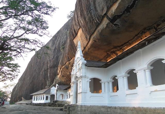 Świątynie skalne wykute w I w p.n.e  w okresie panowania króla Valagama Bahu w skalnym masywie wznoszącym się na wysokość 150 m nad poziom otaczającej równiny (Dambulla, 2011)