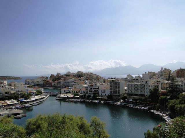 Widok na jezioro Voulismeni z ulicy Nik. Plastira (Agios Nikolaos, 2011)