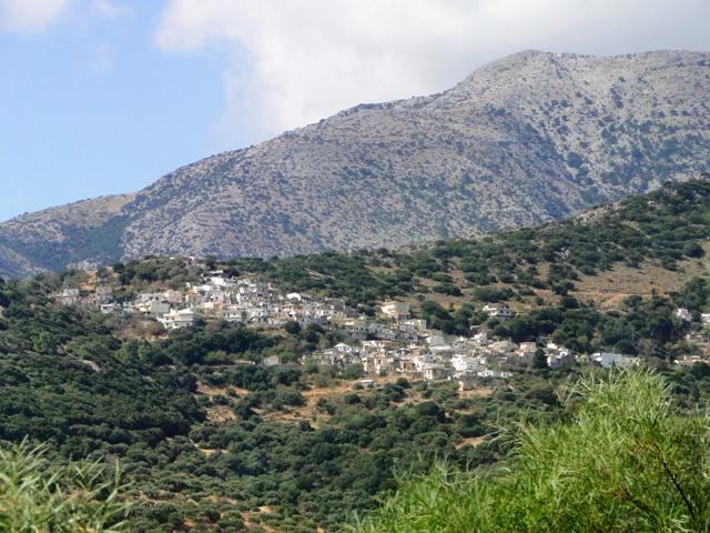 Wioska na wzgórzach widziana z drogi z Agios Nikolaos do Heraklionu (2011)