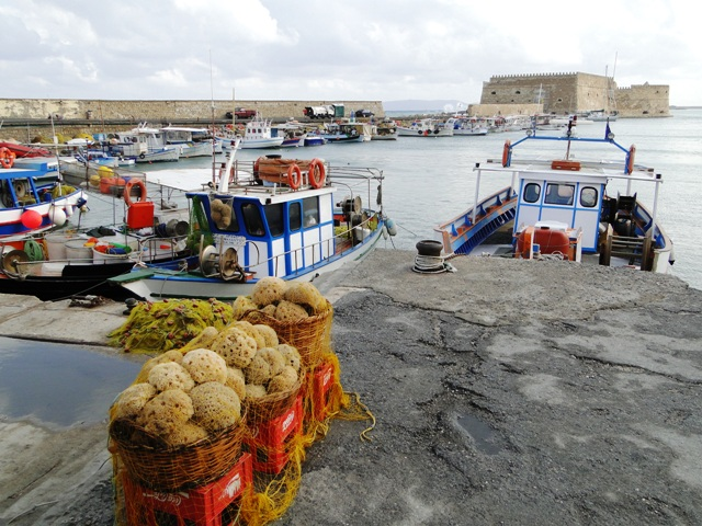 Widok na port i jeden z bastionów twierdzy Koules (Heraklion, 2011)