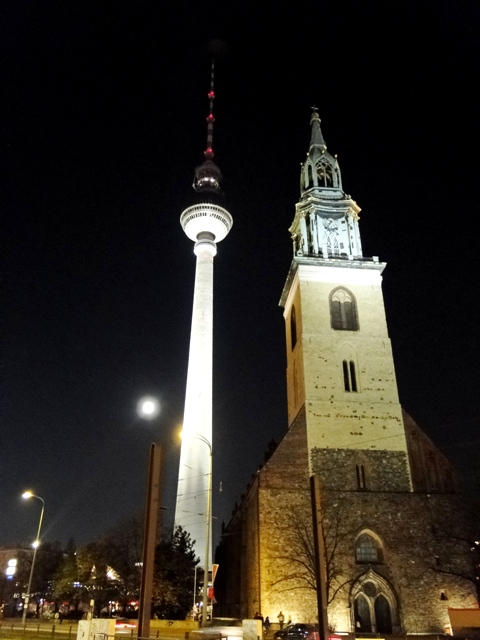 Kościół Najświętszej Marii Panny u stóp wieży telewizyjnej (2011)