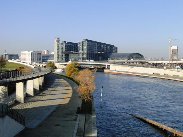 Widok od strony rzeki na Dworzec Hauptbahnhof (2011)