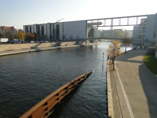 Kładka dla pieszych nad Sprewą, łącząca dwa biurowce w pobliżu Bundestagu (2011)