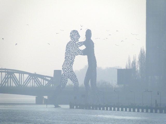 Aluminiowa rzeźba Molecule Man na rzece Sprewa (2011)