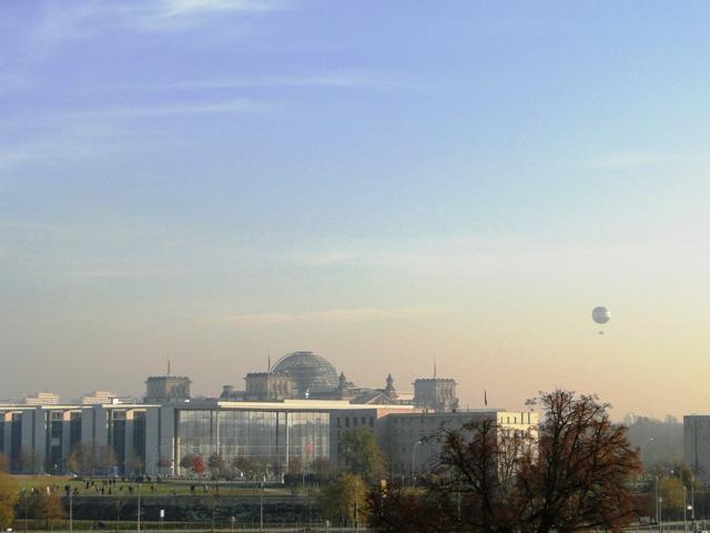 Widok z dworca Hauptbahnhof na Bundestag (2011)