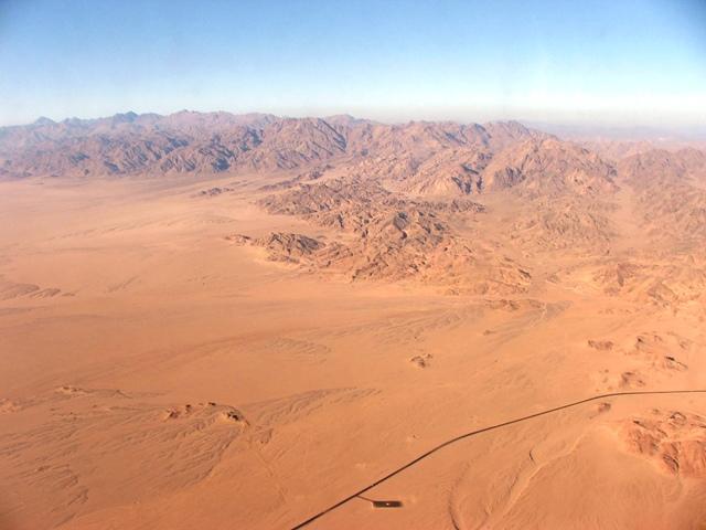 Widok z lotu ptaka na góry oraz drogę do Sharm el Sheikh (2008)