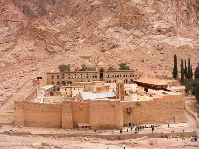 Klasztor Św. Katarzyny u stóp góry Św. Katarzyny i góry Synaj (2008)