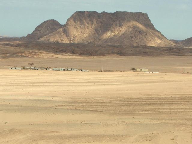 Wioska zagubiona w pustynnym krajobrazie (2008)