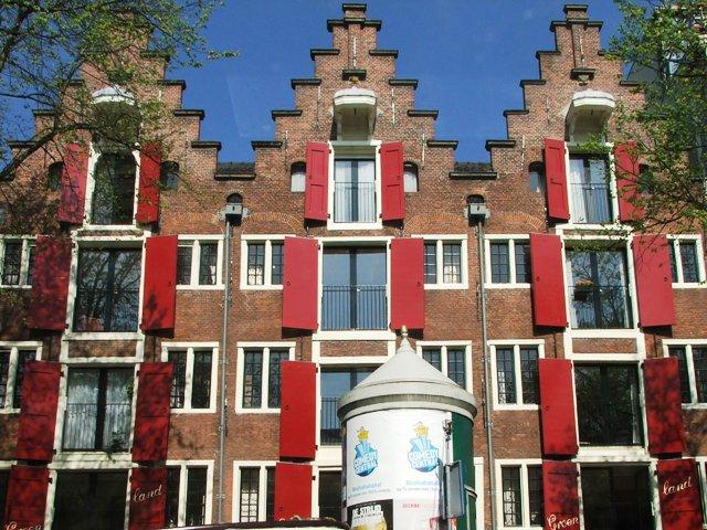 Kamienice z czerwonymi okiennicami (2008)
