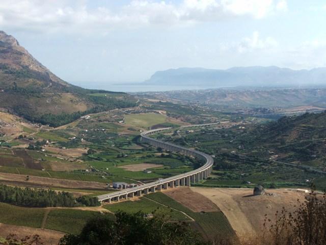 Widok z ruin teatru w Segesta na otaczające tereny (Sycylia, 2008)