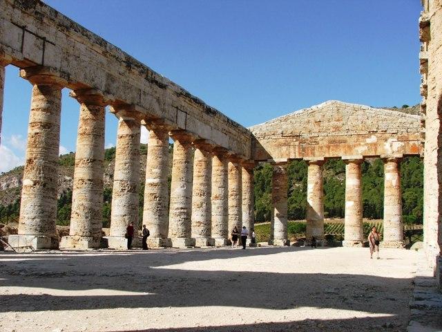 Pozostałości starożytnej, nieukończonej świątyni w Segesta (Sycylia, 2008)