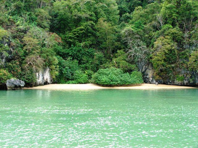 Plaża dostępna jedynie od strony wody (zatoka Phang Nga, 2010)