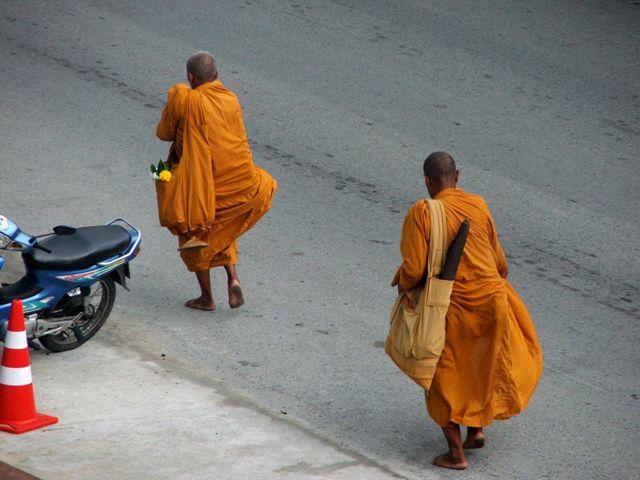Mnisi buddyjscy wyruszają każdego dnia rano, aby otrzymać ofiary i błogosławić ofiarodawców (Patong, 2010)