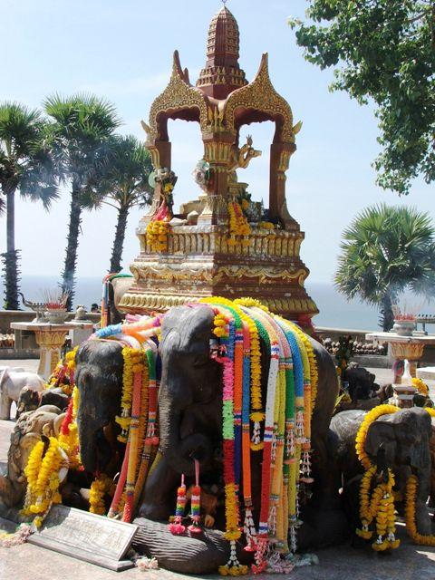 Światynia otoczona figurkami słoni na przylądku Promthep (2010)