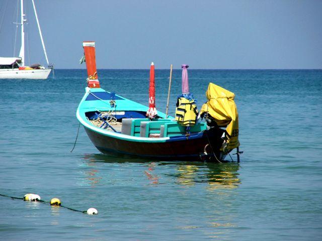 Łódź zacumowana przy plaży Patong (Patong, 2010) /