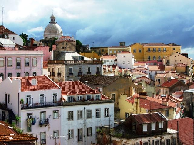 Widok na dachy dzielnicy Alfama z Largo das Portas do Sol (2010)