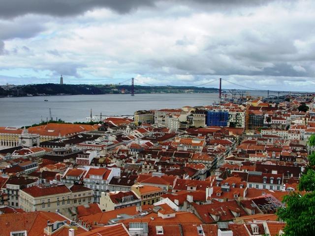Widok z Zamku Św. Jerzego na dzielnicę Baixa, rzekę Tag i most 25  kwietnia (2010)