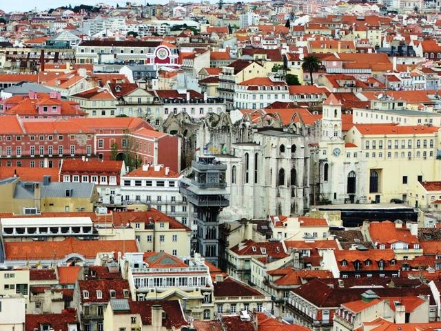 Widok z Zamku Św. Jerzego na dzielnicę Baixa i windę Santa Justa oraz ruiny kościoła Carmo (2010)