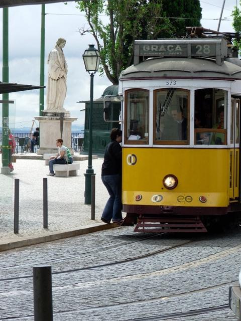 """Żółty tramwaj """"elétrico 28"""" jest obowiązkową atrakcją wizyty w Lizbonie (2010)"""