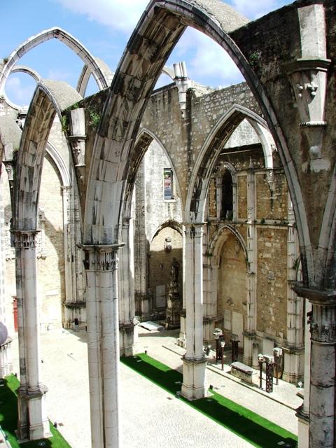 Ruiny Kościoła Carmo zniszczonego w czasie trzęsienia ziemi w 1755 roku (2010)