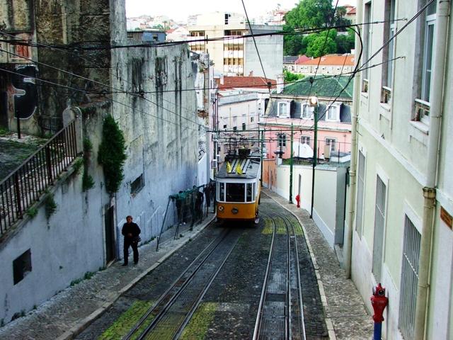 Kolejka da Gloria z Placu Restauradores do Bairo Alto w dzień (2010)