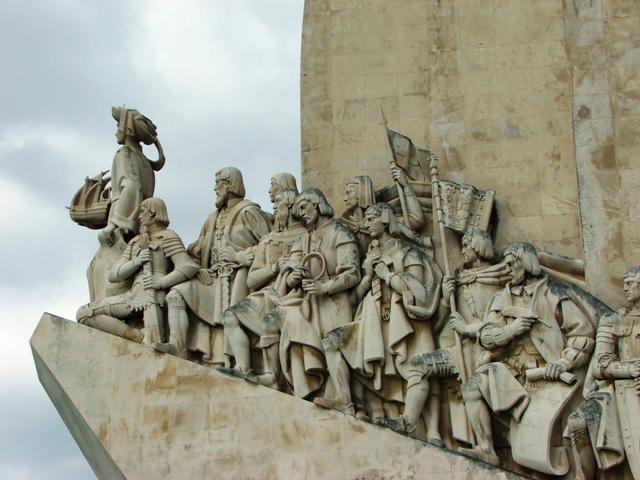 Pomnik Odkrywców - na dziobie betonowej karaweli Infant, 32 królów, święci, misjonarze, kapitanowie (2010)