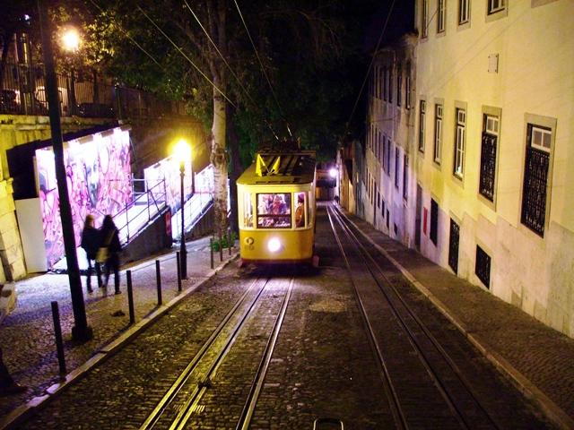 Kolejka szynowo-linowa da Gloria z Placu Restauradores do Bairo Alto w nocy (2010)
