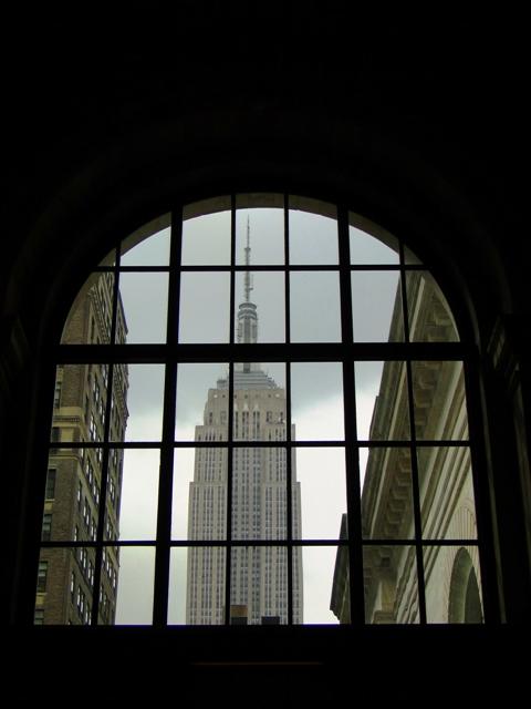 Widok na Empire State Building z okien Nowojorskiej Biblioteki Publicznej (2013)