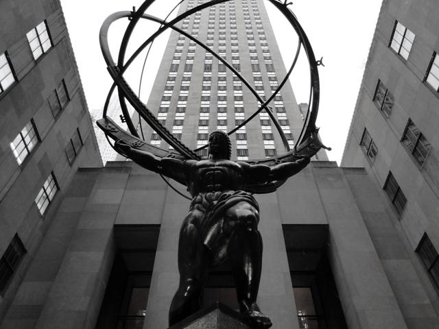 Brązowa rzeźba Atlasa, dzieło Lee Lawriego w stylu art deco jest największą rzeźbą w Centrum Rockefellera (2013)