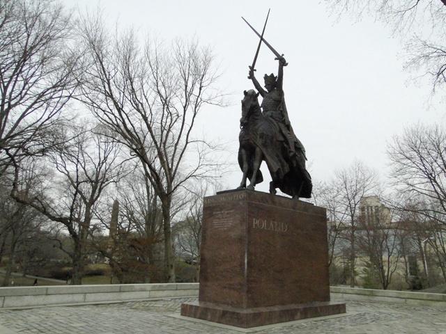 Pomnik grunwaldzki króla Władysława Jagiełły, wykonany w brązie przez rzeźbiarza Stanisława Kazimierza Ostrowskiego (2013)