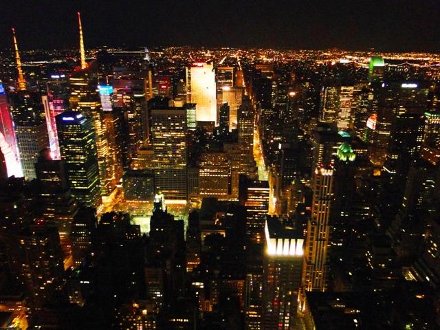 Widok milionów świateł Nowego Jorku z tarasu widokowego na 86 piętrze Empire State Building (2013)
