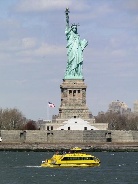 Statua Wolności widziana z promu płynącego na Staten Island (2013)
