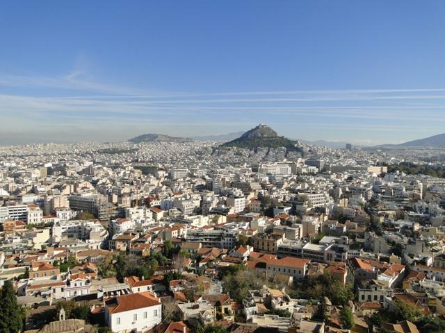 Widok z Akropolu na stronę północną z górą Lycabettus (277 m.n.p.m) w tle (9-11.11.2013)