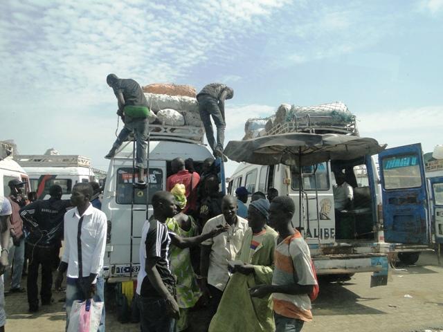 Załadunek towaru na targu w Kaolack, Senegal (10.01.2014, siódmy dzień objazdu)