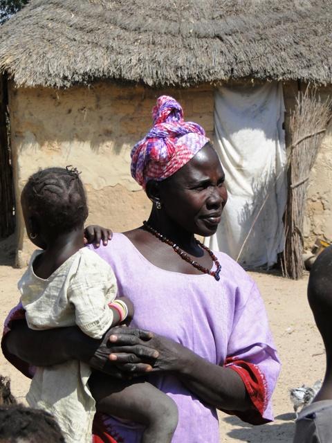 Wizyta w jednej z wiosek w drodze powrotnej do Gambii, przyjęła nas pierwsza żona gospodarza (10.01.2014, siódmy dzień objazdu)