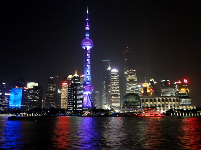 Szanghaj - Pudong nocą oglądany w czasie rejsu po rzece Huangpu Jiang (Żółtego Brzegu) (13.04.2015)