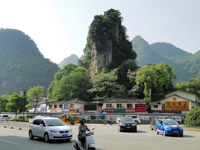 Yangshuo - miasto położone w rejonie gdzie występują liczne ostańce krasowe (16.04.2015)