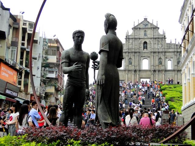 Jedna z rzeźb na placu przed Katedrą Św. Pawła (19.04.2015)