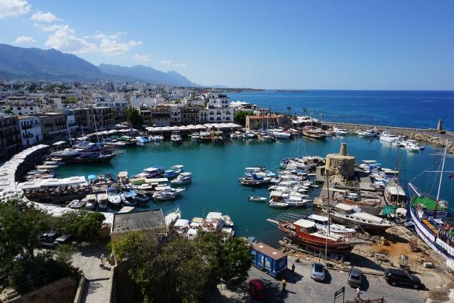 Kyrenia, widok z twierdzy na port w kształcie podkowy, Cypr Północny (27.09.2016)